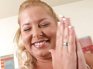 Arrant mamma gives her horny twat for some hardcore